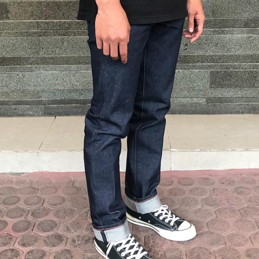 сырой деним джинсы