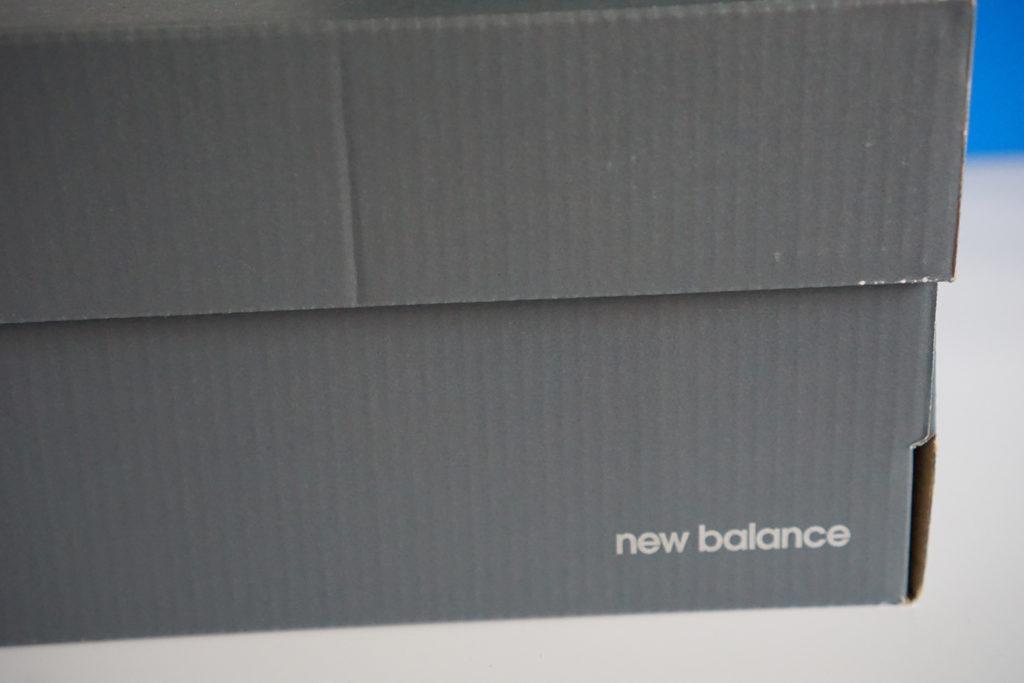 коробка new balanve 373 logo